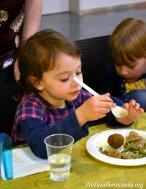 atelier_cucina_naturale_bambini_cucinano_mangiano