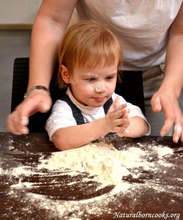 atelier_cucina_naturale_bambini_sporchi_farina